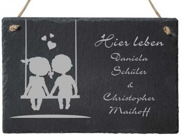 Türschild aus Schiefer Paar auf Schaukel mit deinen Wunschnamen