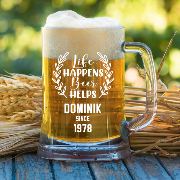 """""""Life happens beer helps"""" mit Wunschnamen und Jahreszahl - Bierkrug 0,5l"""
