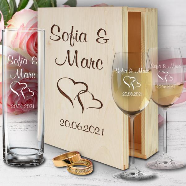 personalisierte Holzbox zur Hochzeit mit Weißweingläsern und Vase - Herzen