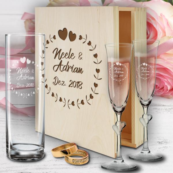 personalisierte Holzbox zur Hochzeit mit Sektgläsern Herzen und Vase - Herzkreis