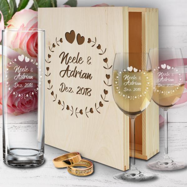 personalisierte Holzbox zur Hochzeit mit Weißweingläsern und Vase - Herzkreis