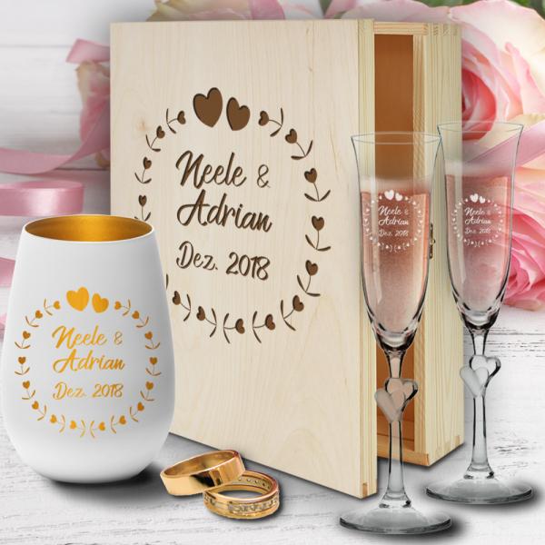 personalisierte Holzbox zur Hochzeit mit Sektgläsern Herzen und Windlicht - Herzkreis