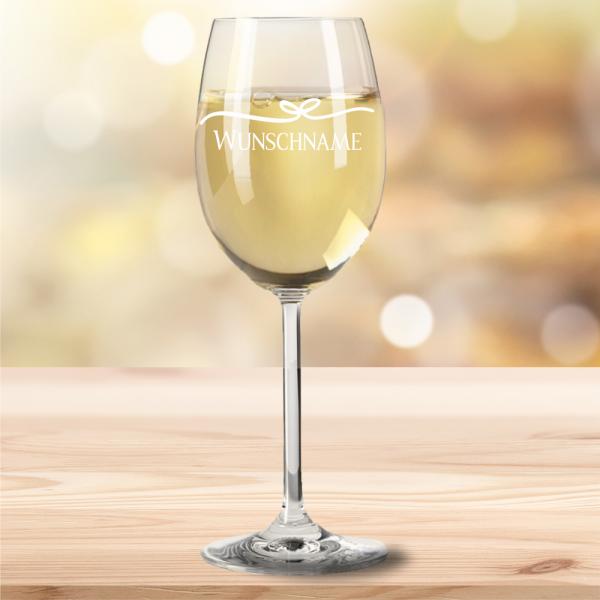 graviertes Weißweinglas mit Dekoschleife und Wunschnamen